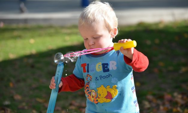 5 Ways to Entertain a Toddler Outdoors