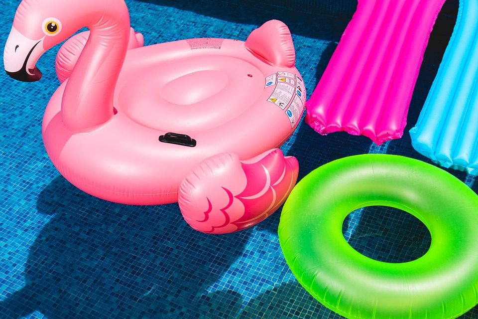 A Guide on Choosing the Best Pool Floats and Pool Loungers
