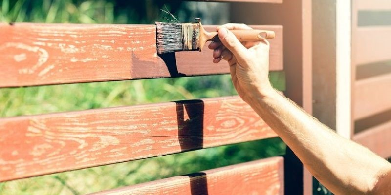 8 Easy Steps on How to Stain a Fence